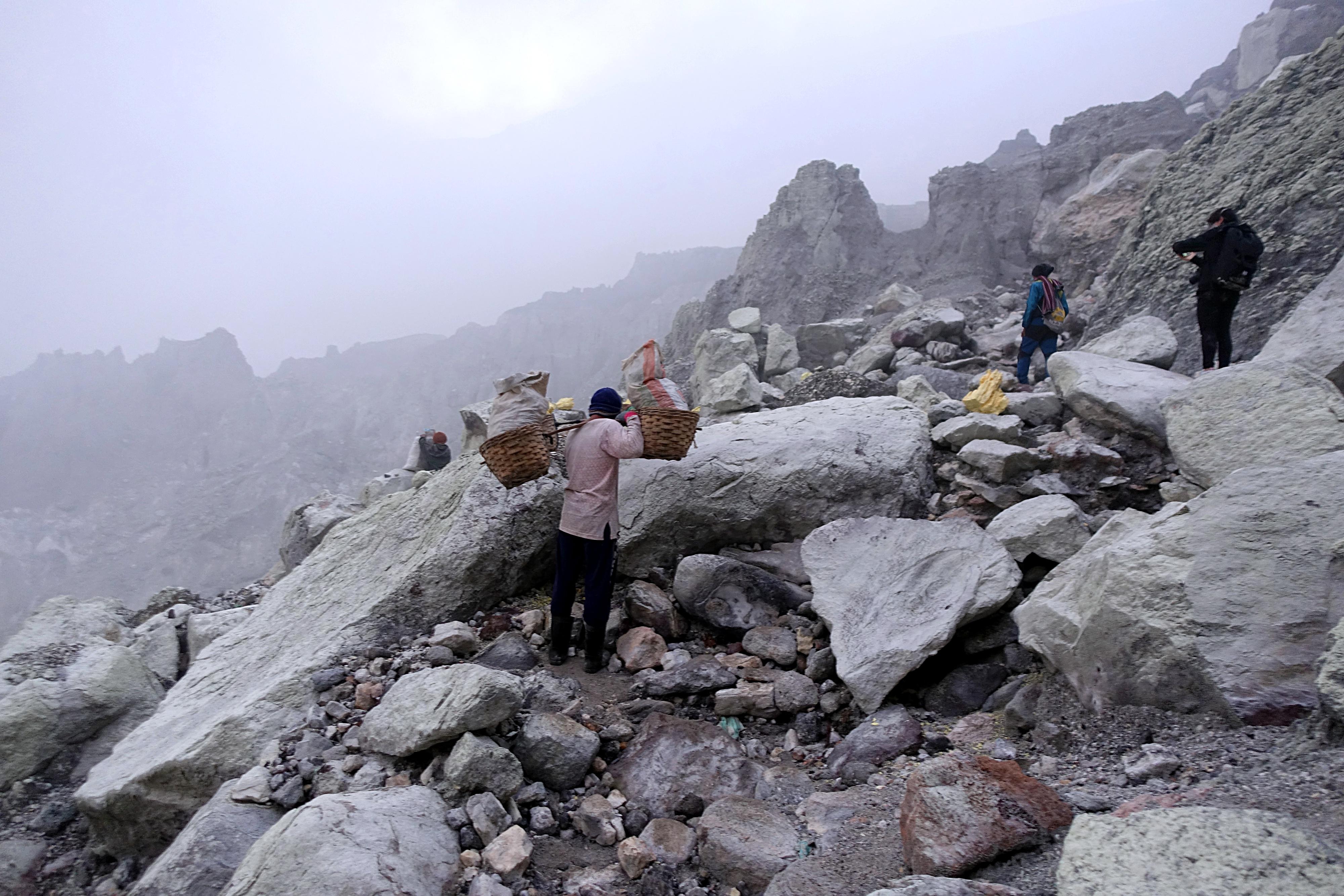 Der härteste Job der Welt | Arbeiter im Mount Ijen, Indonesien